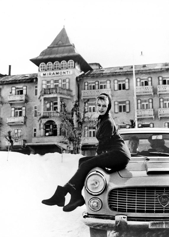 Brigitte Bardot pose sur le coupé Flaminia