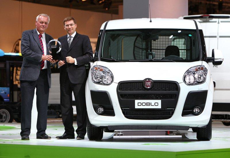 Lorenzo Sistino, directeur de Fiat Professional, reçoit le prix de l'utilitaire international de l'année 2011 pour le Doblo Cargo des mains de Pieter Wieman, président du jury.
