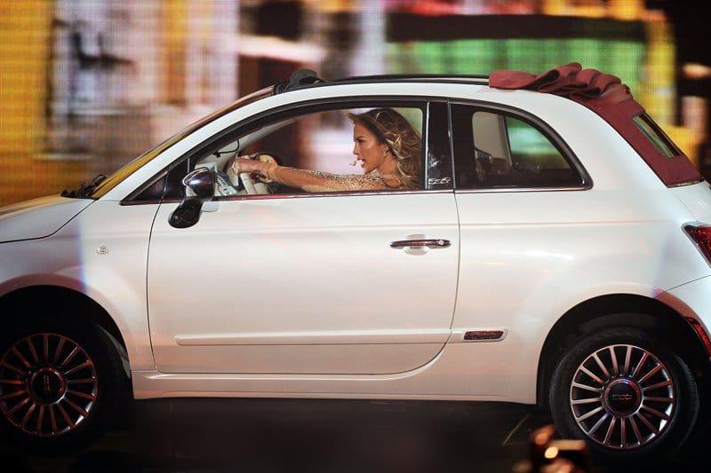 Jennifer Lopez au volant de la Fiat 500C lors des American Music Awards