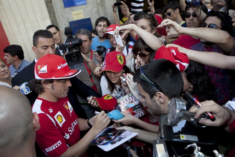 Fernando Alonso et Marc Gené inaugurent de nouveaux Ferrari Store en Espagne