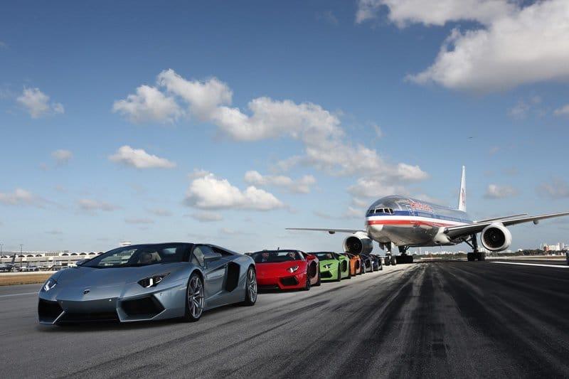 Démonstration de vitesse de la Lamborghini Aventador LP 700-4 Roadster sur l'aéroport international de Miami
