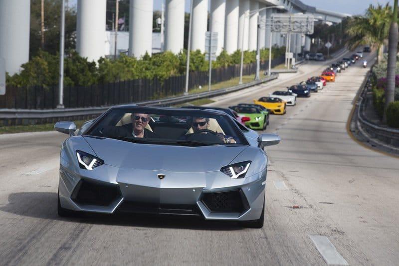 Parade de 50 Lamborghini dans les rues de Miami pour la présentation de l'Aventador LP 700-4 Roadster