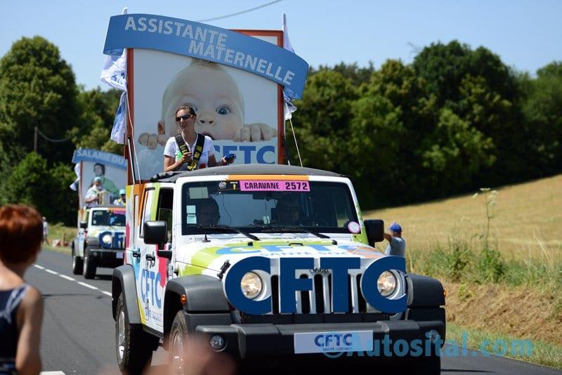 Des Fiat au sein de la caravane du centième Tour de France
